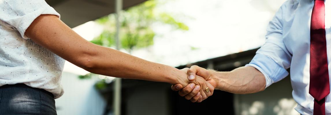 Geschäftsmann und Geschäftsfrau geben sich die Hand